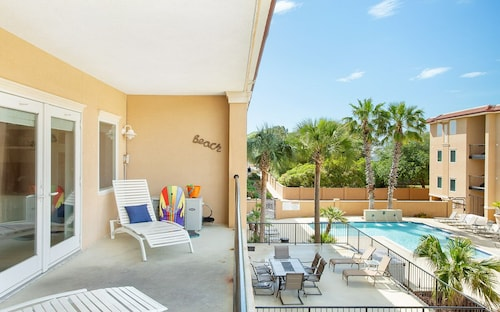 3BR Condo Steps From the Beach w/ Pool and Parking by Lucky Savannah