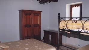 Una scrivania, culle/letti per bambini (gratuiti), lenzuola