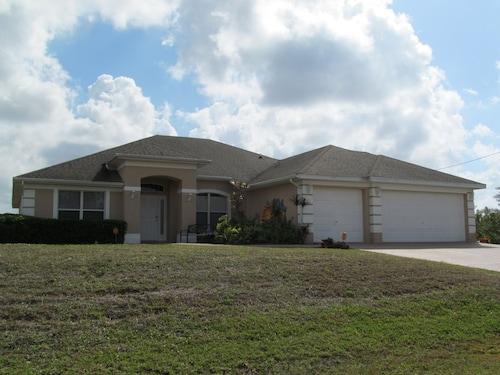 Large & Beautiful 4 Bdrm Home With Heated Pool & Screened Lanai Near Fort Myers