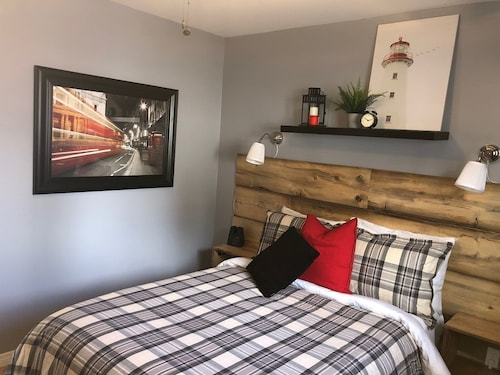 French Connection ~ Cozy 1 Bedroom Suite for 4 in Didsbury