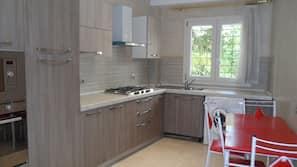 Grand réfrigérateur, four, fourneau de cuisine, cafetière/bouilloire