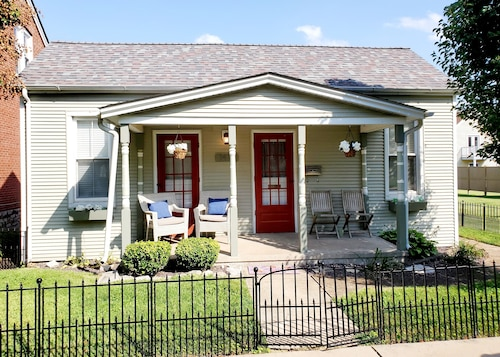 Spacious Historic Main St. Bungalow-sleeps Groups 16+. Huge Dining/fenced Yard!