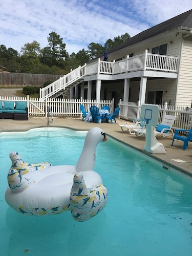 Private Pool Lake Side. Large Seven Bedroom Home. Pool Open to mid October