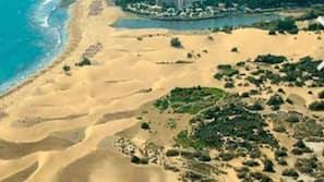 Weißer Sandstrand, Strandtücher, 3 Strandbars