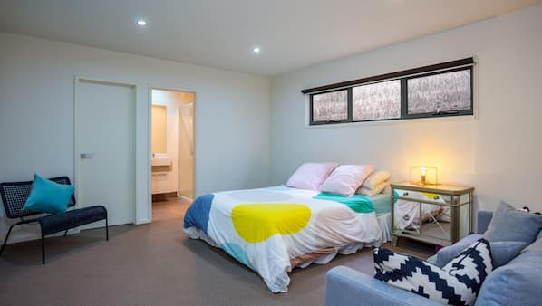 4 bedrooms, iron/ironing board, WiFi, bed sheets