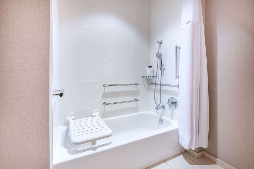 Accessible bathroom, Wingate by Wyndham San Jose