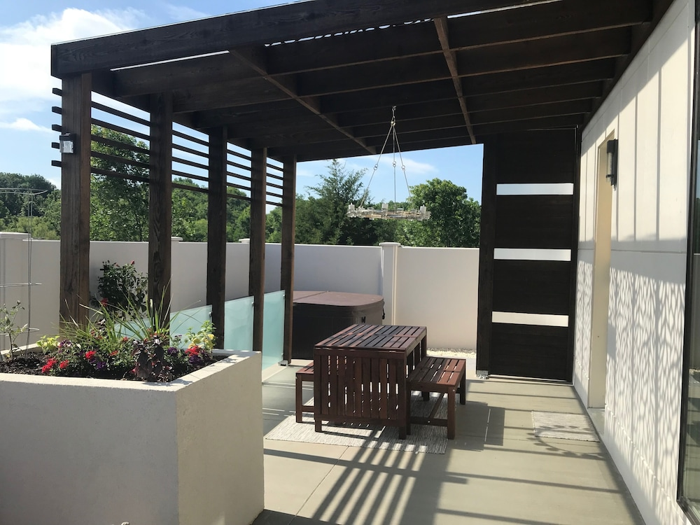 Balcony, Private Retreat! Luxurious and Modern. Perfect for a Quiet Getaway