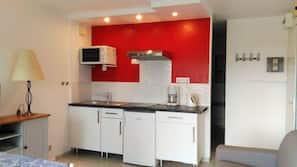 Réfrigérateur, four, plaque de cuisson, cafetière/bouilloire