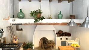 Kühlschrank, Mikrowelle, Ofen, Wasserkocher mit Kaffee-/Teezubehör