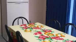 Geladeira, fogão, cooktop, talheres/pratos/utensílios de cozinha