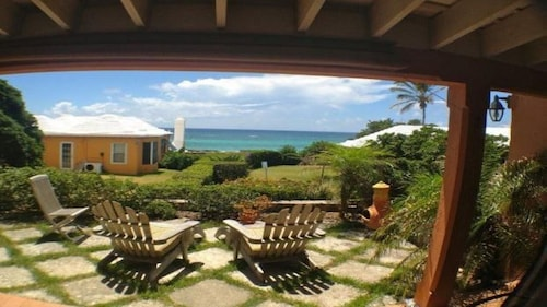 Charming Bermuda Cottage Overlooking The Ocean With Access To The Shore