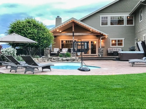 Gorgeous Wenatchee Home. 5 BR /4 Bath + Bunkhouse, Heated Pool/hot tub & Game rm
