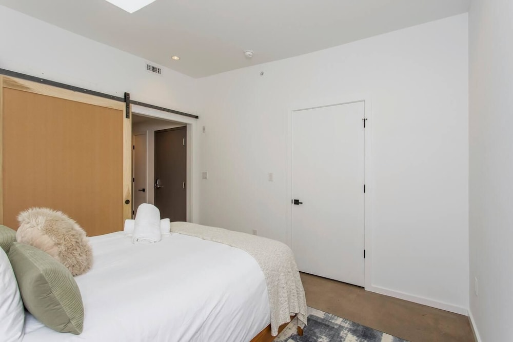 Room, Steps From Jefferson - New Boutique Building - Center City