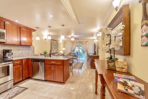 New Listing! Lahaina Town 4Br Condo, 3 Mins to Beach, Front St & Shops!