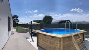 Una piscina al aire libre de temporada (de 8:00 a 0:00), sombrillas
