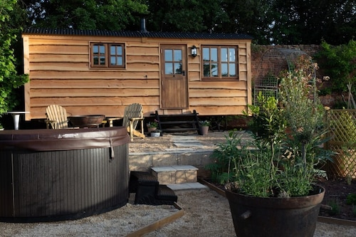 Luxury Shepherds Hut With hot tub in Rural Location Near Bath +bristol