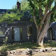 Charming 2 Bedroom Cottage Near Perkins Cove