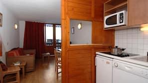 Grand réfrigérateur, micro-ondes, plaque de cuisson, lave-vaisselle