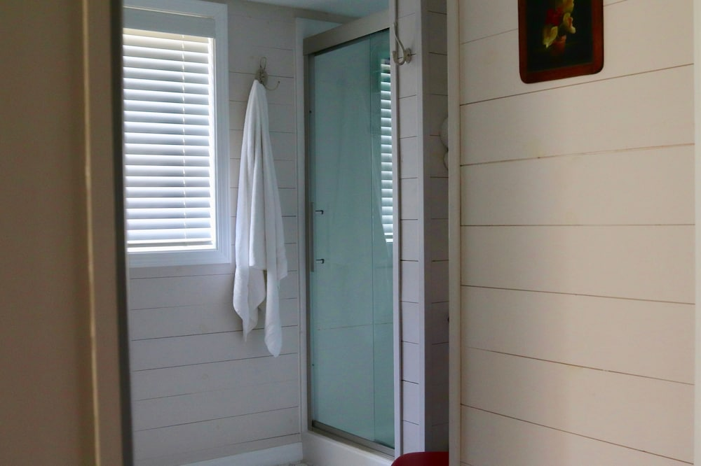 Bathroom, The Sundae Cottage - A Missouri Sweet Spot , Beautiful Views, Secluded ?
