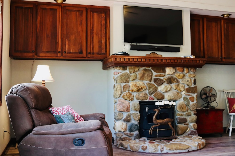 Living Room, The Sundae Cottage - A Missouri Sweet Spot , Beautiful Views, Secluded ?