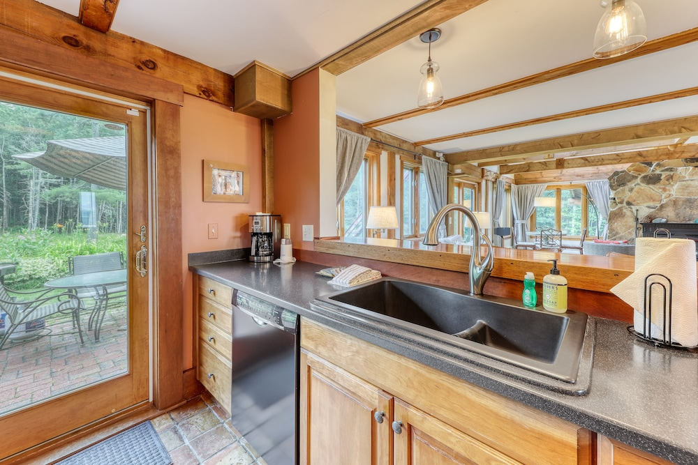 Private Kitchen, Stunning Home w/ Moore Reservoir Views and Private Sunroom