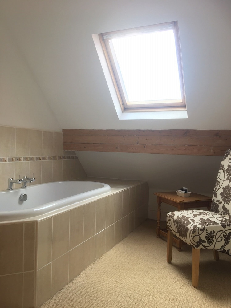 Deep Soaking Bathtub, Raven House