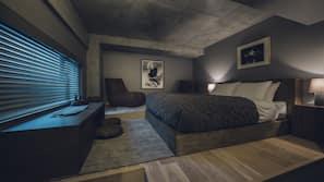 房內夾萬、書桌、手提電腦工作空間、窗簾