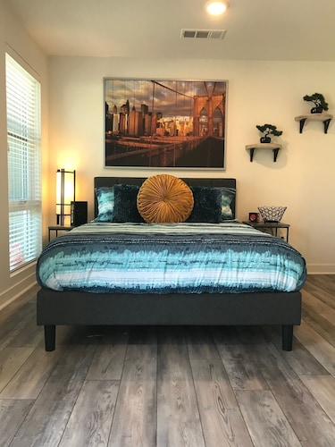Modern & new Studio With Patio in Heart of LA