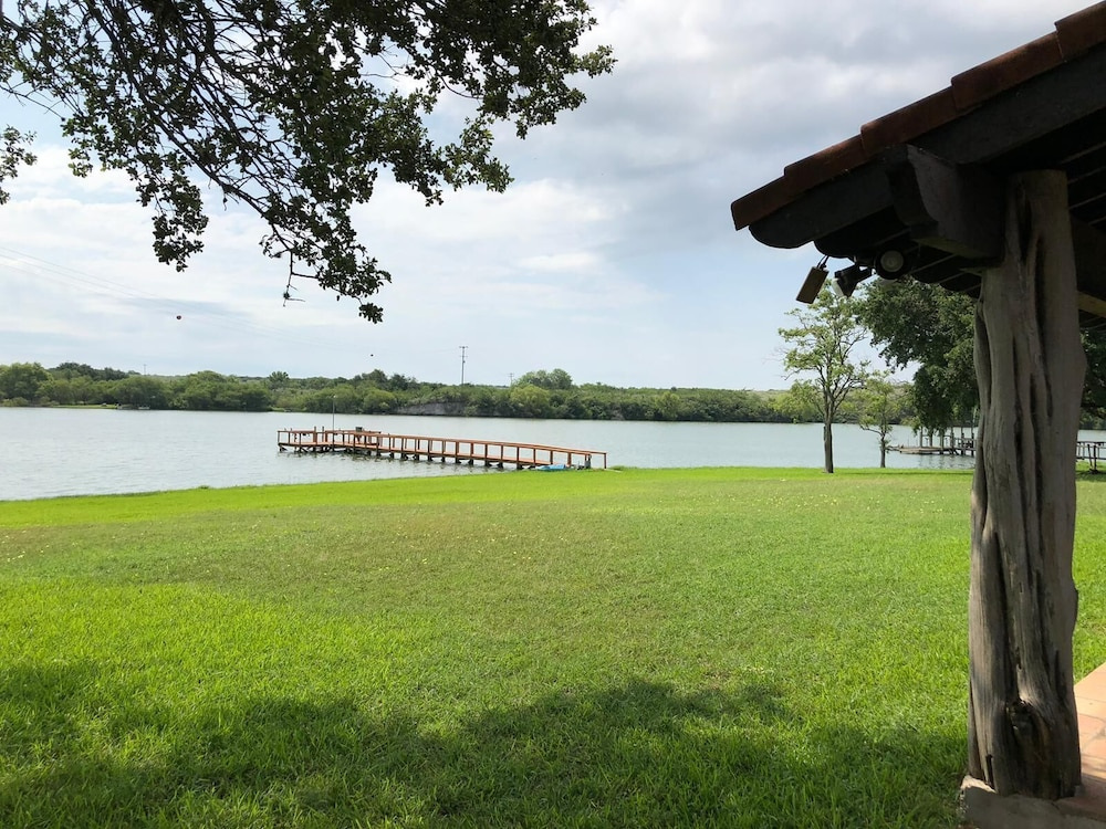 , Spacious Lake House Perfect for Family Getaway