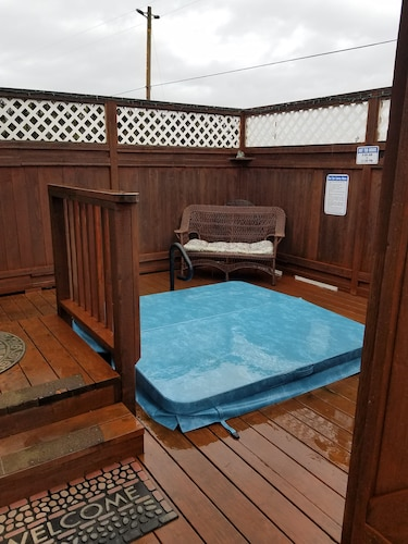 Charming Private Furnished Studio With hot tub