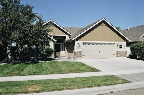 Spacious 2br/2ba Meridian Home With Covered Patio