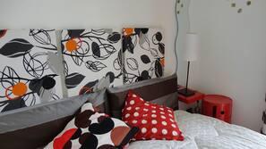 Una cassaforte in camera, con arredamento individuale, tende oscuranti