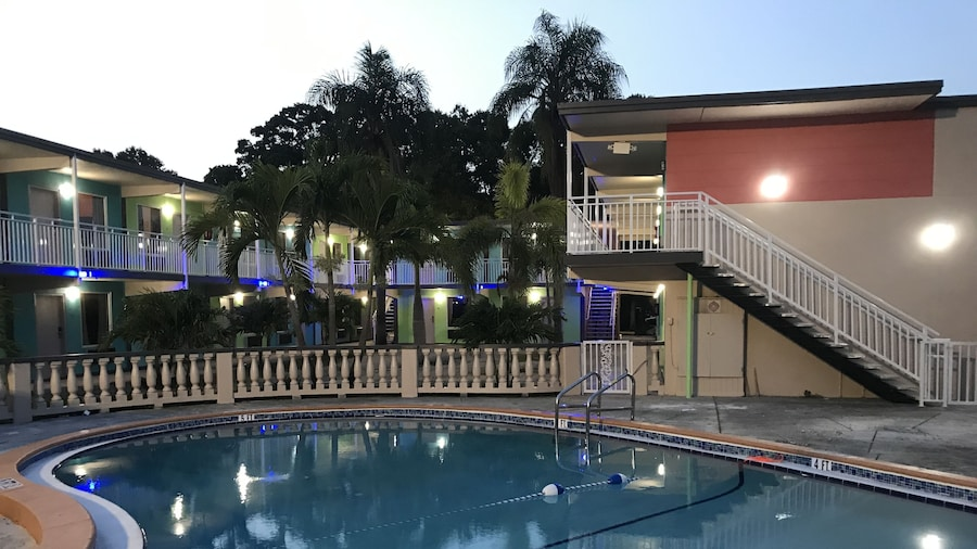 Tropical Inn & Suites