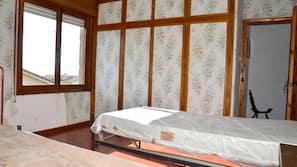 9 dormitorios y tabla de planchar con plancha