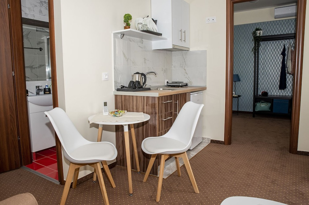 Private Kitchenette, City Plaza Apartments & Rooms