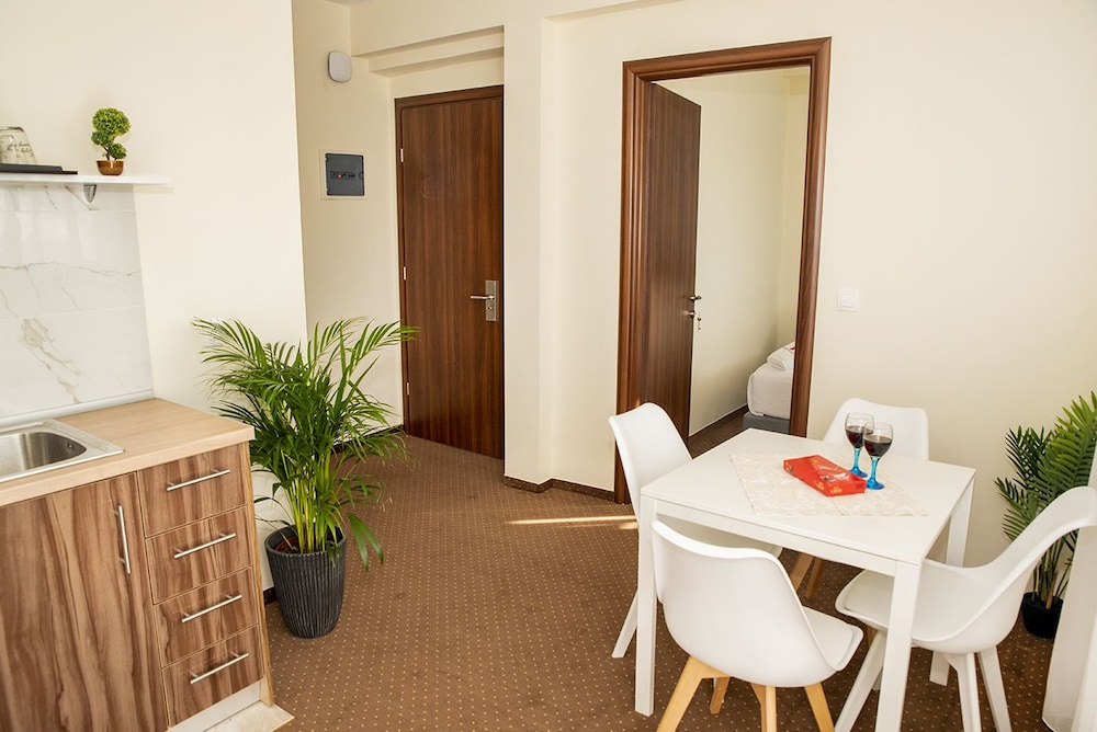 In-Room Dining, City Plaza Apartments & Rooms