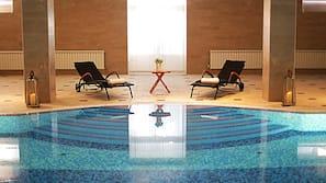 室內泳池;10:00 至 22:00 開放;躺椅