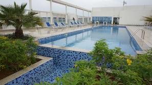 3 piscine all'aperto, ombrelloni da piscina, lettini