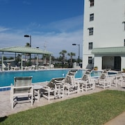 Free Wifi! Newly Renovated Condo! 2bd/2ba , 3 Hdtv's . Very Spacious!