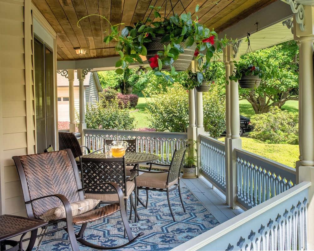 Porch, Pleasanton Courtyard Bed and Breakfast