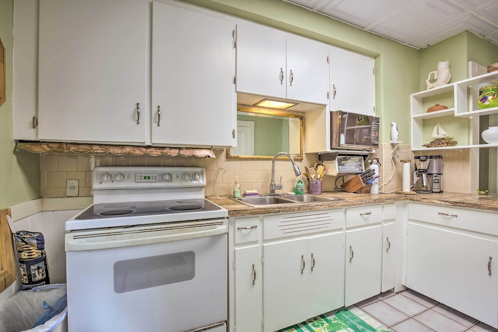 Private Kitchen, Quaint Beverly Townhome: Walk to Beach & Downtown!