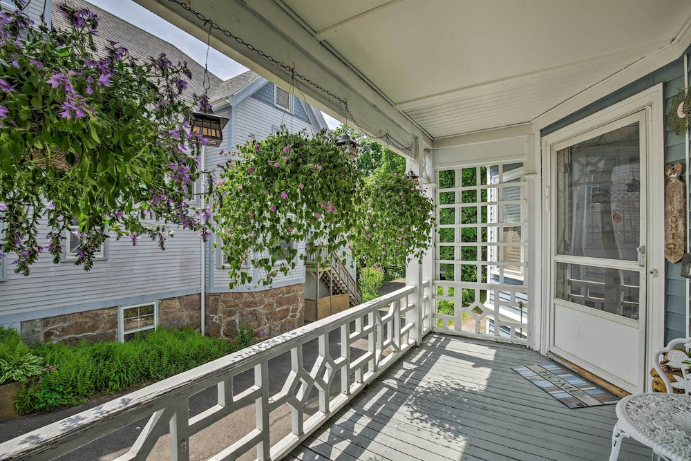 , Quaint Beverly Townhome: Walk to Beach & Downtown!