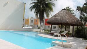 Una piscina al aire libre de temporada (de 8:00 a 22:00), sombrillas