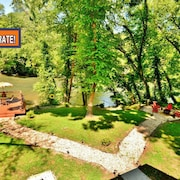 Riverfront Cabin! Fishing, Kayak, Swim! Near Casino! Wi-fi & SAT TV!