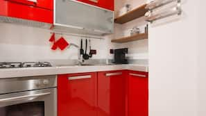 Frigorifero, microonde, forno, piano cottura
