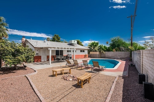 The Camino Retreat- Las Vegas 4 Bd With Pool!