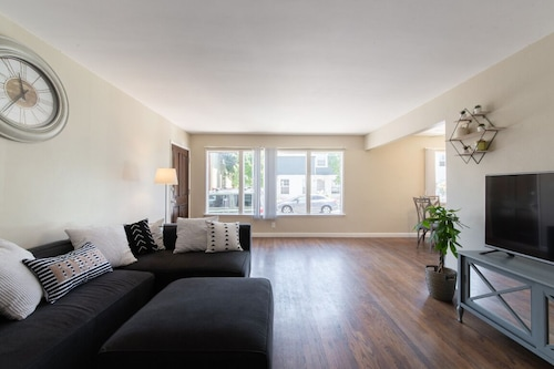 Beautiful Belmont Shore Apt Steps From the Beach