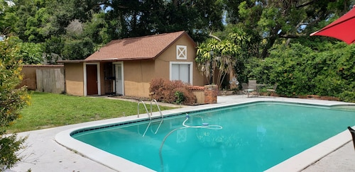 Quaint Cozy Cottage Guest House With Pool for up to 3, Dogs OK, Golf Course
