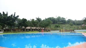 2 hồ bơi ngoài trời