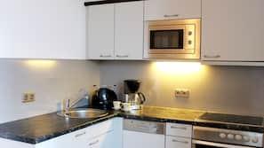 Geladeira, micro-ondas, cooktop, cafeteira/chaleira